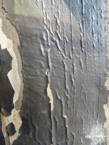 un exemple d'écaillage de la couche picturale suite à un dégat des eaux